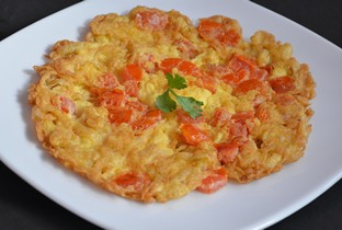 Thai omelet with crab meat / shrimps / tomato.