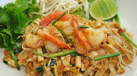 Fried noodle with shrimp/ chicken Thai style.