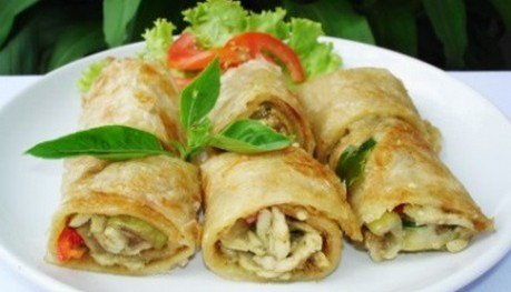 Roti roll stuffed with chicken / beef green curry.  ( 6 pcs.)